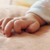 子ども新生児の手