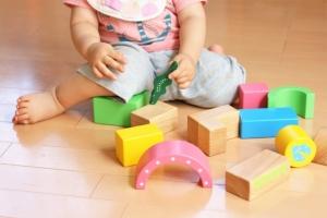 積み木をする幼児